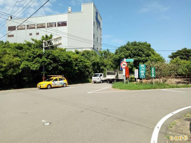 「新豐鄉台61線與台15線銜接道路擴寬改善工程」現有路段最窄僅6米寬,雙向會車不易,新竹縣政府計畫把