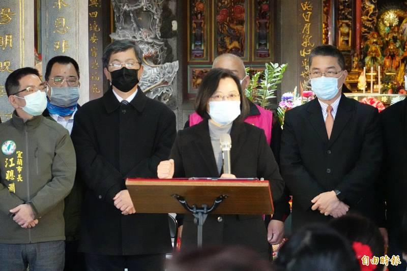 台灣防疫有成,總統蔡英文(中)向第一線的醫護人員致謝。(記者江志雄攝)