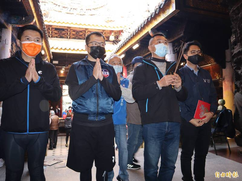 台北市議員羅智強(左二起)、大里立仁里長鄭伯其及台中市議員羅廷瑋到大甲鎮瀾宮參拜,向媽祖表示將罷免立委陳柏惟。(記者歐素美攝)