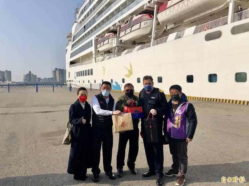參山處副處長曹忠猷(中)等在台中港8A碼頭迎接今年第一艘停靠台中港的豪華郵輪。(記者歐素美攝)