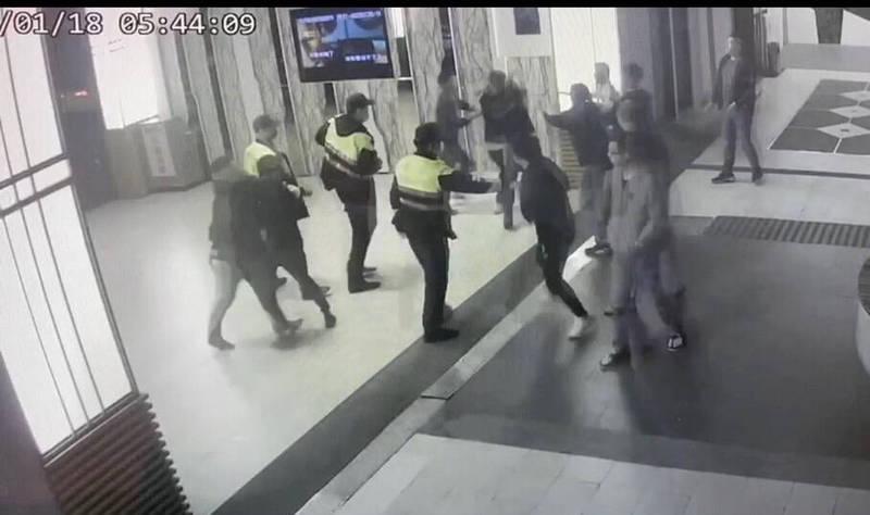 守望警力先趕到,十多名聚集滋事酒客仍持續拉扯。(記者許國楨翻攝)