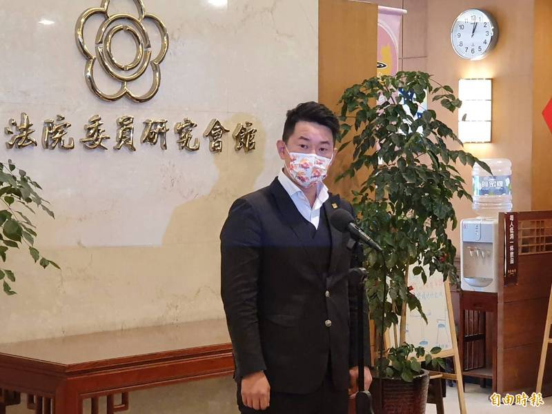 台灣基進黨立委陳柏惟針對罷免相關問題回應媒體提問。(記者謝君臨攝)