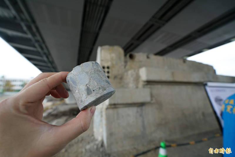 宜蘭橋1月24日全面通車,縣府說,會將舊橋遺構做成「紙鎮」(見圖,紙鎮半成品),供民眾收藏。背景為舊橋橋台,上方為新橋橋梁。(記者蔡昀容攝)