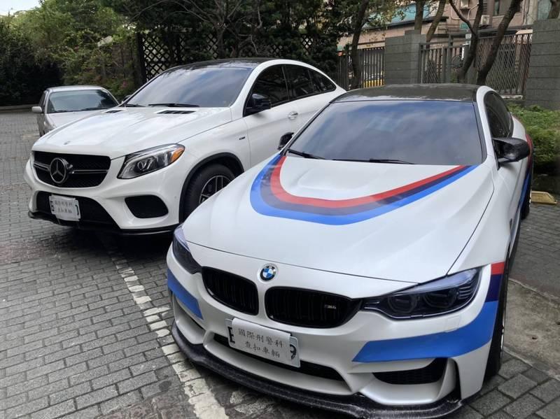警方查扣林男的BMW及戴男的賓士車。(記者姚岳宏翻攝)