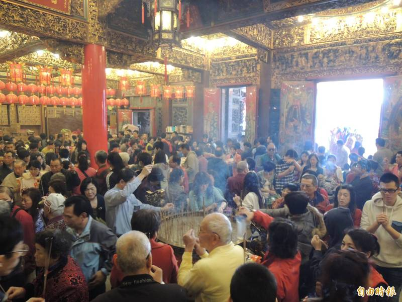 民眾春節到慈鳳宮上香盛況,每年都會出現,今年為配合防疫,廟方將管控人流。(記者李立法攝)