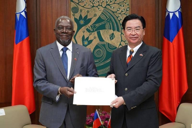 海地新任駐台大使戴尼斯(Herve Denis)今天上午拜會外交部長吳釗燮,並呈遞到任國書副本。(外交部提供)