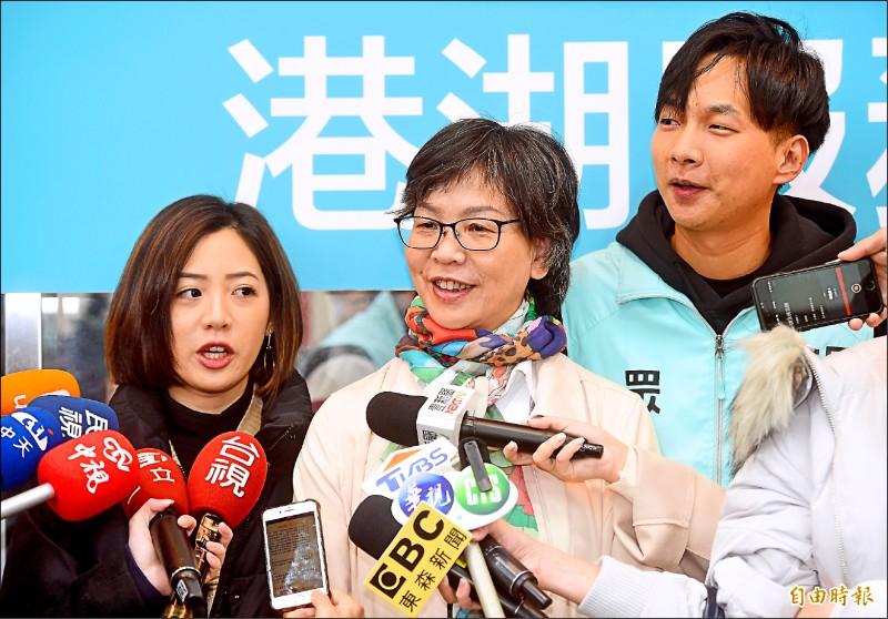 台北市議員選戰超前部署,台灣民眾黨立委蔡壁如(中)、台北市政府副發言人黃瀞瑩(左)、民眾黨發言人陳宥丞(右)昨天在內湖發春聯,接受媒體訪問。(記者簡榮豐攝)