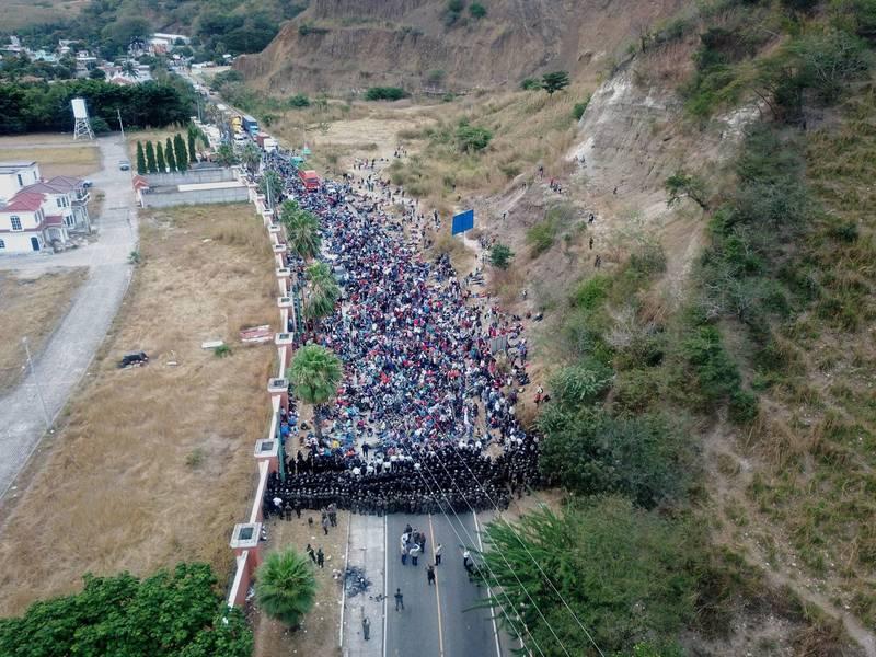 由於拜登政府將施行有利移民的政策,近來數千宏都拉斯人組成移民大隊向美國遷徙,至瓜地馬拉。圖為瓜地馬拉軍、警組成人牆,阻止移民繼續北上。(歐新社)