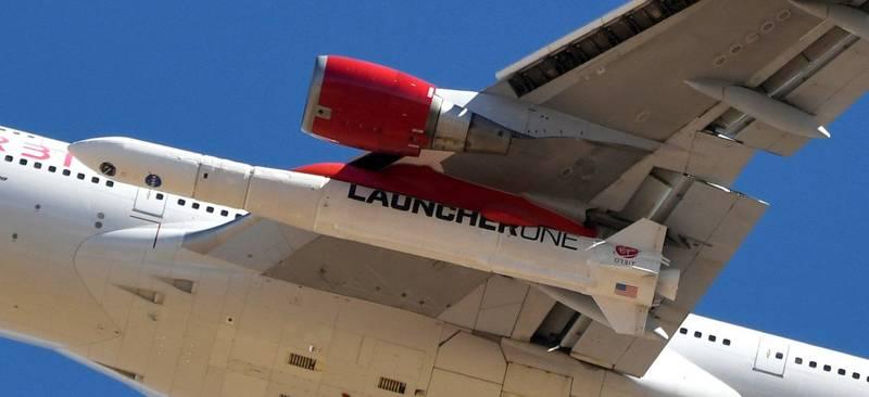 波音747巨無霸客機的機翼下,搭載著這次發射的火箭。(路透)