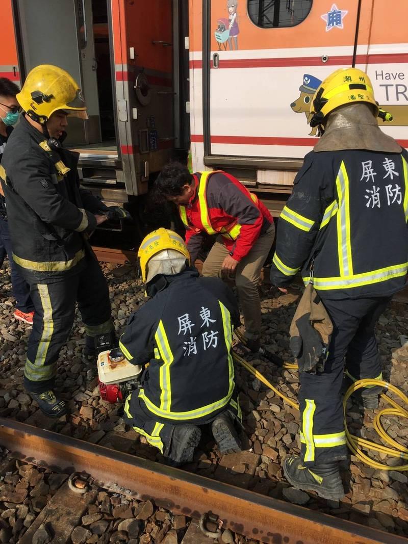 台鐵潮州1調車工被夾2車廂中間,警消搶救。(記者羅欣貞翻攝)