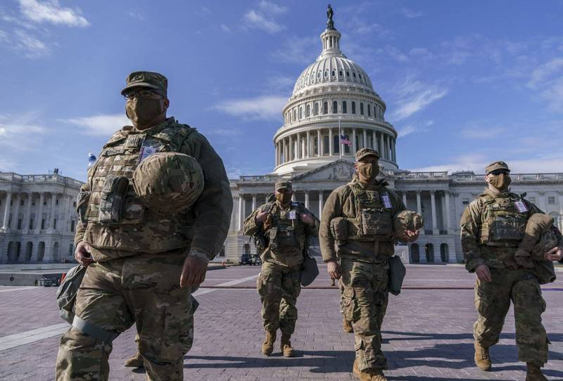 美國防部官員憂心拜登就職時,現場人員可能會展開內部攻擊或其他威脅,因此聯邦調查局已對部署在華府的2.5萬國民警衛隊士兵進行審查。圖為美國國會大樓前的國民警衛隊。(美聯社)