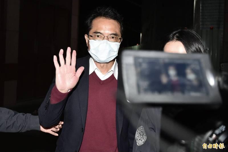 曾特偵組發言人、高檢署檢察官的律師張進豐(見圖)被指控涉嫌詐欺近3億元,今晚移送台北地檢署複訊時,他不發一語,只對追問的媒體揮了揮手。(記者塗建榮攝)