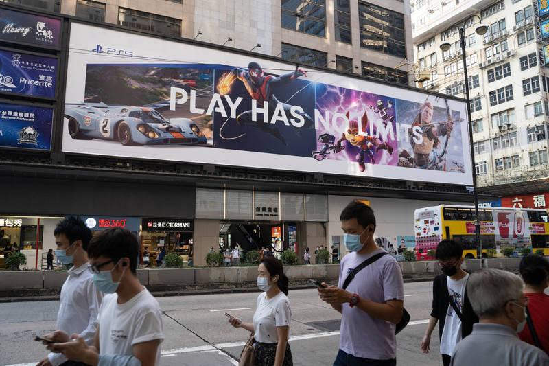 香港今(18)日新增107例武漢肺炎確診病例,其中一名曾為確診患者插管的內科醫師也因感染而被隔離。(彭博)
