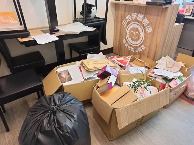 王浩宇稍早再度致歉,表示因為服務處正在收拾中,無法正常提供現場服務。(圖擷取自「我是中壢人」臉書粉專)