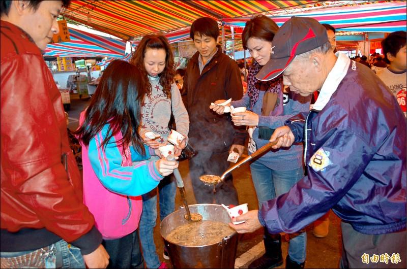 吃平安粥是許多民眾農曆新年的必備行程,但受到疫情影響,宜蘭縣今年有3家廟宇取消平安粥活動。(資料照,記者江志雄攝)