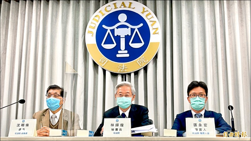 司法院秘書長林輝煌(中)昨公布與富商翁茂鍾不當接觸的法官名單,認定20名法官有違失行為。(記者叢昌瑾攝)