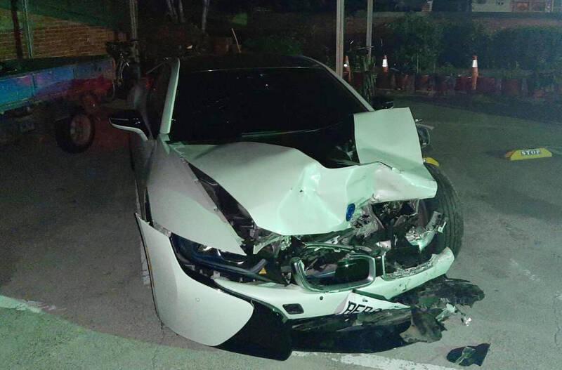 i8車頭半毀。(記者楊金城翻攝)