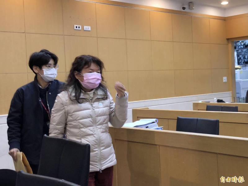 簡珮玲(右)訊後被諭令限制出境及出海後請回。(記者錢利忠攝)
