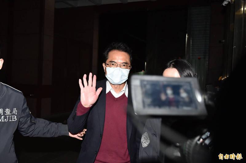 曾任特偵組檢察官的律師張進豐,今凌晨訊後被依詐欺及偽造文書等罪諭令150萬元交保。(記者塗建榮攝)