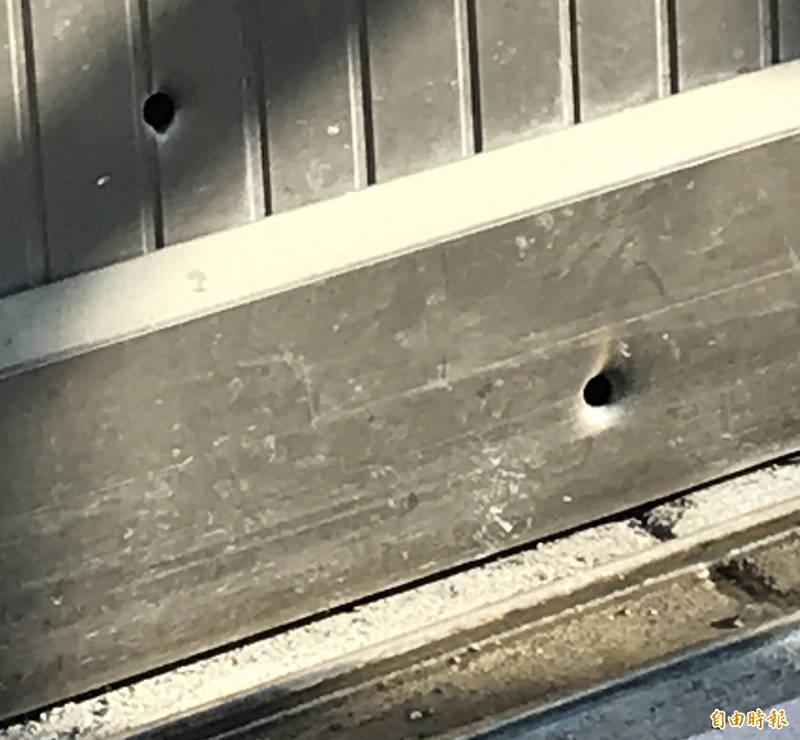 楊家大門的彈孔清晰可見。(記者黃美珠攝)
