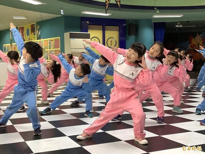 光復國小為增進學童學習情趣,以語言整合學習(CLIL教學法)催生雙語版健身操教學影片。(記者翁聿煌攝)