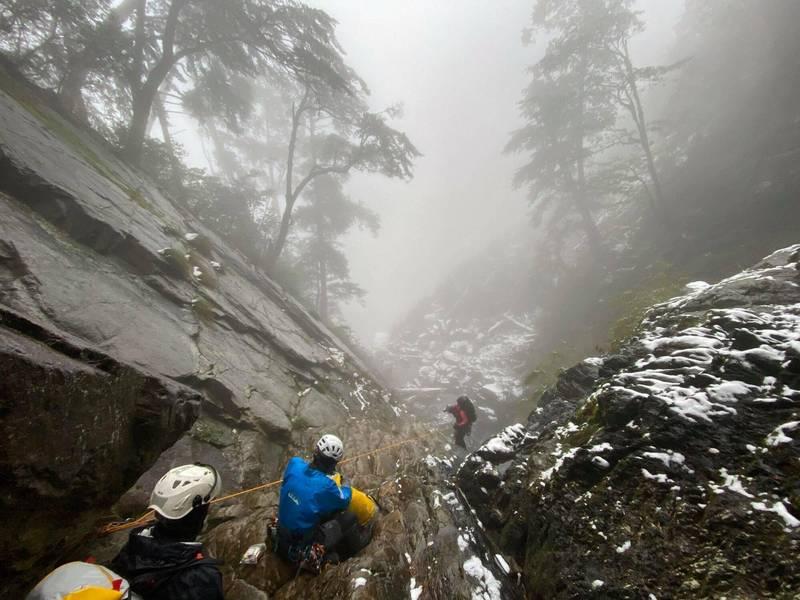 搜救人員冒著低溫霜雪上山。(台中市消防提供)