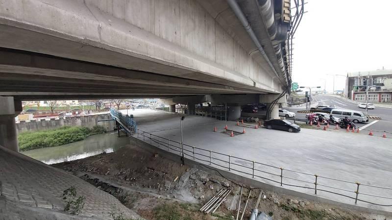 萬代橋鋼便橋替代道路預計3月通行。(記者洪瑞琴翻攝)