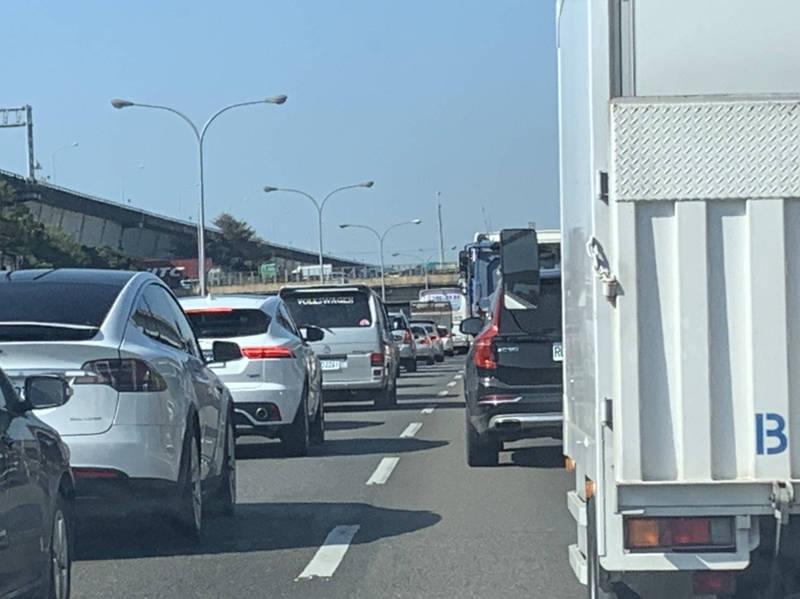 國1南下47k處半小時內發生3起車禍,回堵7k。(記者魏瑾筠翻攝)