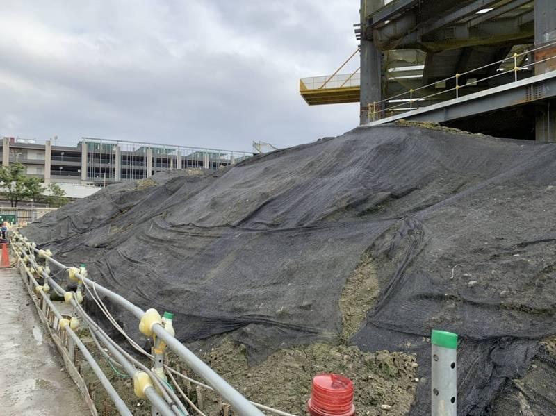 南港工地工區挖出含氨土方,環保局已令其停挖,土方暫置且均加以覆蓋及採太空包方式處理。(圖由北市環保局提供)