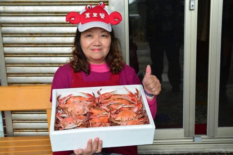 業者將萬里蟹整理裝箱後打包就可以宅配到饕客手上。(新北市漁業處提供)