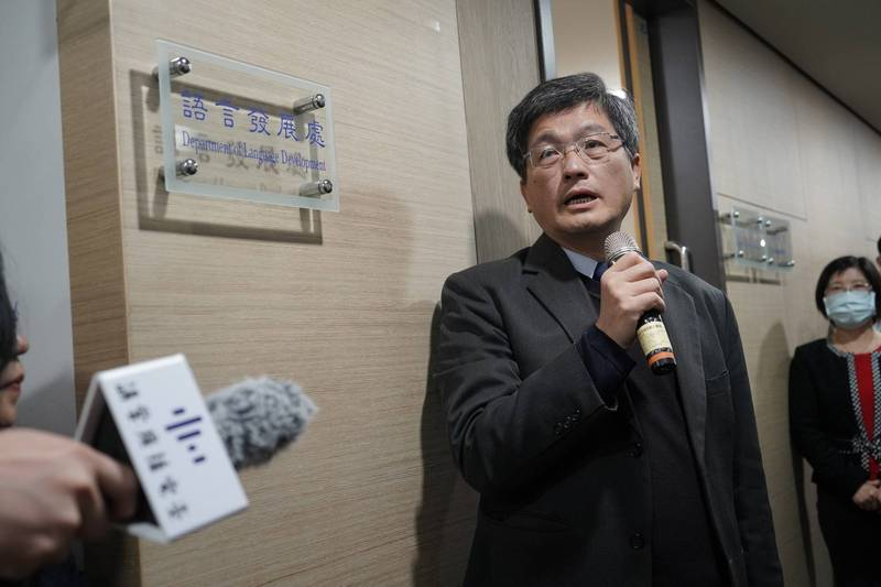 客委會今宣布擴編成立「語言發展處」,由主委楊長鎮進行揭牌。(客委會提供)