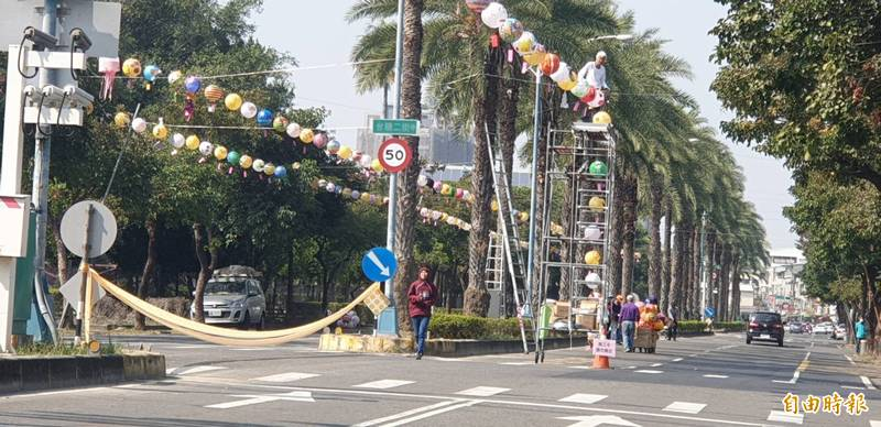 屏市新春市集工作人員正在台糖街張燈結綵。(記者葉永騫攝)