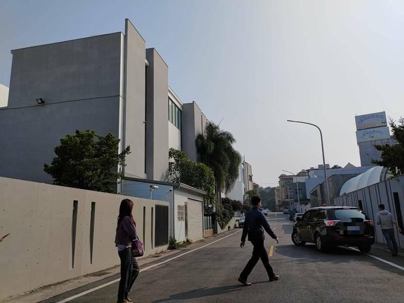 檢調人員偵辦陳盈助所涉及案件,今天在嘉義市進行搜索行動。 (讀者提供)