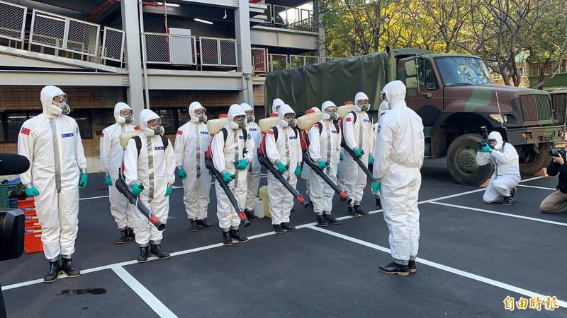 陸軍六軍團化學兵33群的10名消除士在勤教後,將前往執行消毒工作。(記者陳恩惠攝)