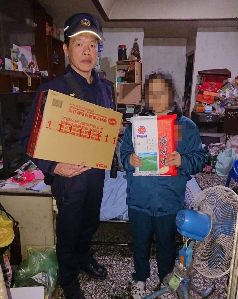 霧峰分局國光派出所長黃琪勇(左)帶著白米和乾麵關心弱勢戶,讓民眾很感謝。(記者陳建志翻攝)