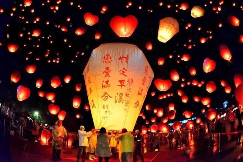 平溪天燈節往年吸引上萬國內外旅客參加。(新北觀光旅遊局提供)