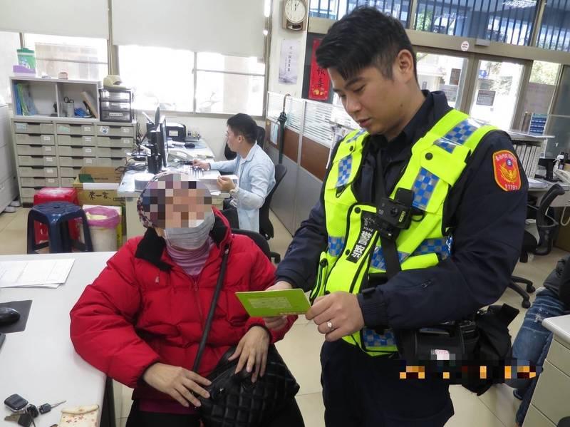 南市一分局員警協助防阻老婦遭詐騙。(記者王俊忠翻攝)