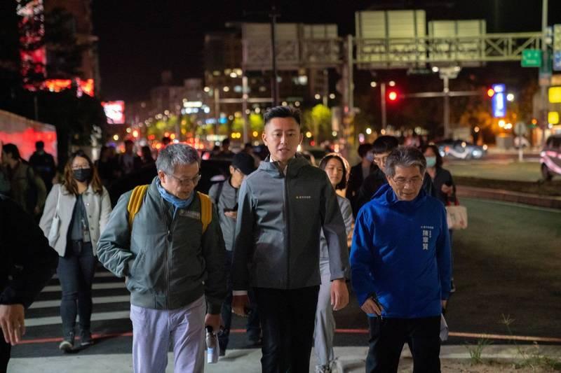 去年11月9日,林智堅和市府同仁、燈會策展團隊走在東大路上。(取自林智堅臉書)