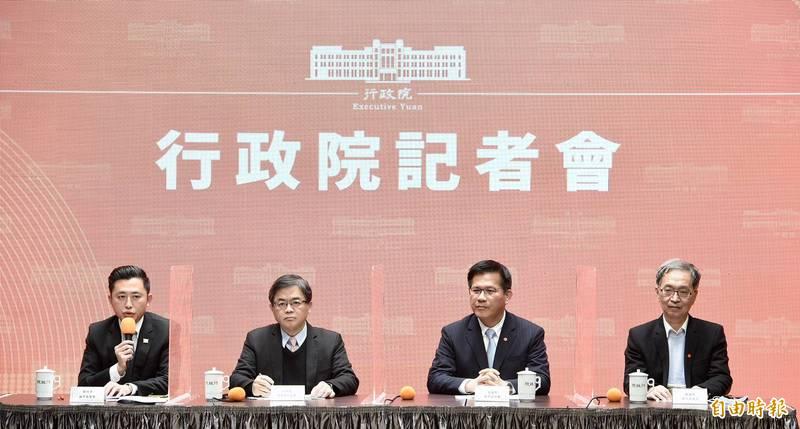 行政院19日下午召開記者會,宣布2021台灣燈會停辦。新竹市長林智堅(左起)、行政院秘書長李孟諺、交通部長林佳龍、衛福部次長薛瑞元出席記者會。(記者羅沛德攝)