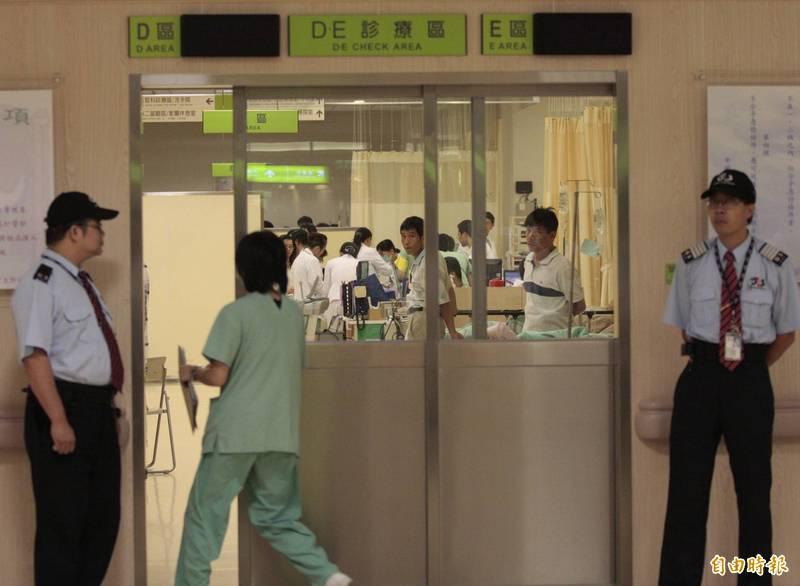 中國醫藥大學附設醫院加強感染管制措施,公布最新探病門禁規定。(資料照)