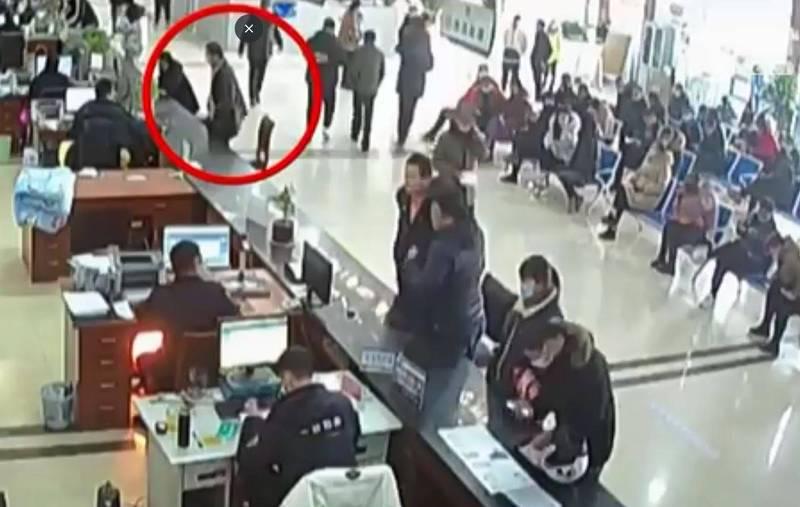 中國一名男子日前在網路上購買一張8300元人民幣(約新台幣3萬5000元)假駕照後卻不放心,異想天開想跑去車管所「驗貨」,結果當場被查獲是偽造證件,他也立刻被移送偵辦。(擷取自微博)
