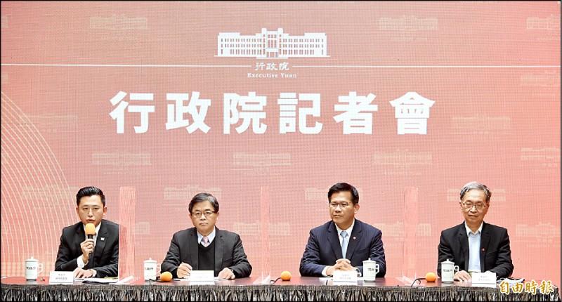 行政院昨下午召開記者會,宣布今年台灣燈會停辦。新竹市長林智堅(左起)、行政院秘書長李孟諺、交通部長林佳龍、衛福部次長薛瑞元出席記者會。(記者羅沛德攝)
