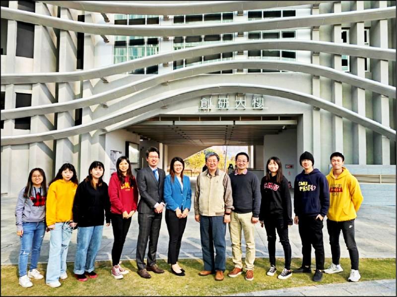 中醫大公共衛生學院院長黃彬芳(右5)公衛團隊與中研院合作發現空氣中PM2.5含「鉛」暴露引起氣喘發生的關鍵時期。(記者蔡淑媛翻攝)