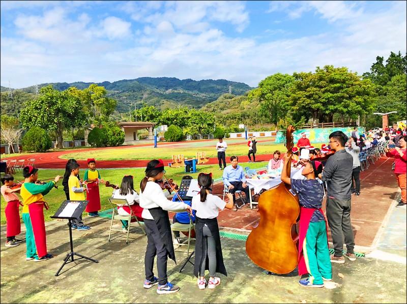 厲害,全校24名學生都會小提琴,還組弦樂團「校隊」。圖為學生公開演出畫面。(校方提供)