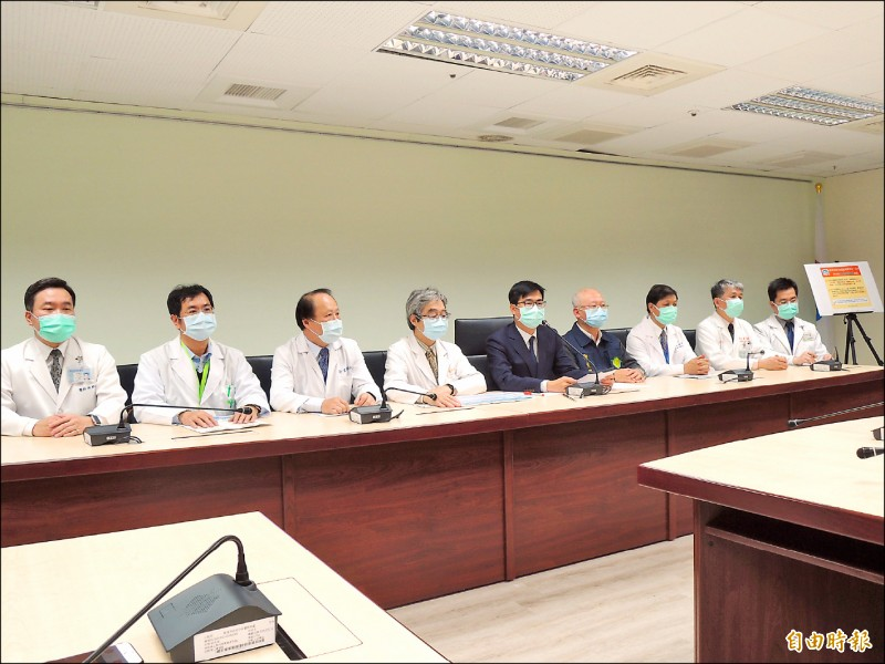 高雄市長陳其邁(右五)昨天與各大醫院代表商議防疫因應作為,會後對外說明結論。(記者王榮祥攝)