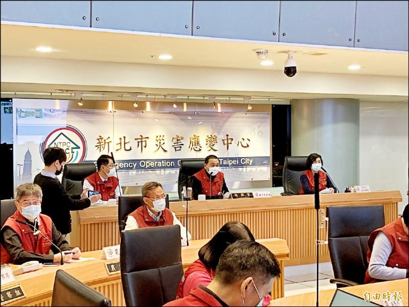 新北市長侯友宜(右二)召開防疫應變會議。(記者陳心瑜攝)