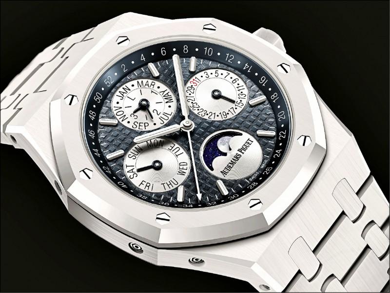愛彼皇家橡樹萬年曆白色陶瓷腕錶,目前行情已來到台幣約327萬3千元。(Audemars Piguet提供)