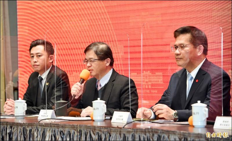行政院19日下午召開記者會,宣布今年台灣燈會停辦。新竹市長林智堅(左起)、行政院秘書長李孟諺、交通部長林佳龍出席記者會。(記者羅沛德攝)