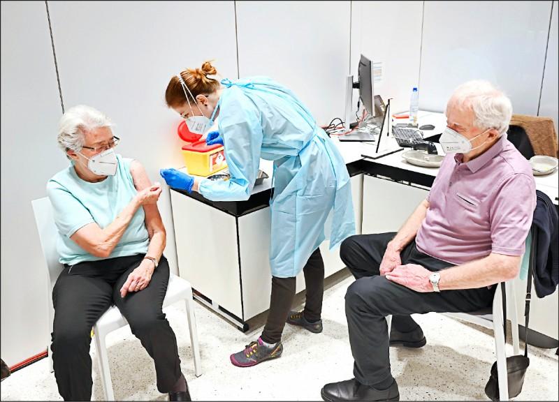 德國中部黑森邦首波六處疫苗接種中心則在十九日開跑,圖二為設於首府威斯巴登市議會的注射點護理人員,當天為兩名八旬長者施打疫苗(法新社)。