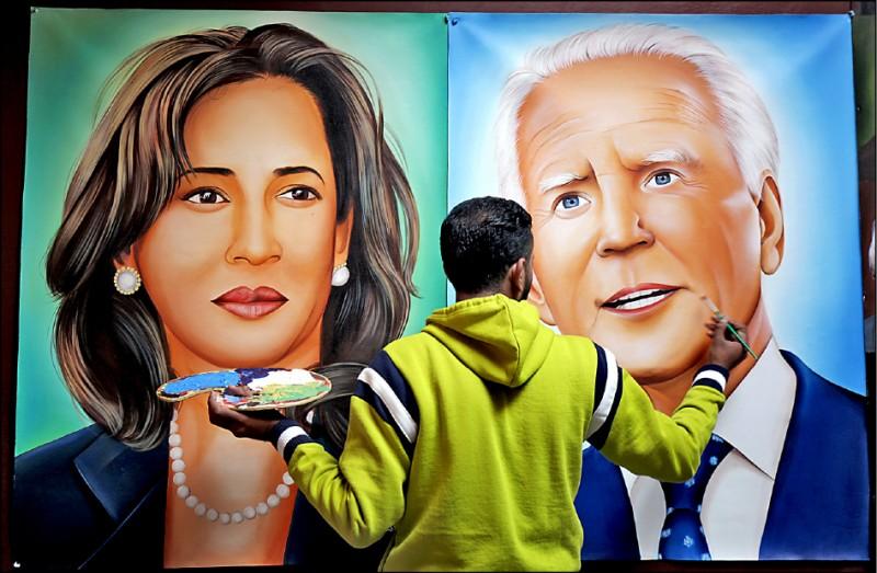 美國正、副總統當選人拜登與賀錦麗,廿日正式就職。圖為印度畫家Jagjot Singh Rubal十九日在阿姆利則(Amritsar)工作室繪製拜登與賀錦麗肖像。(歐新社)
